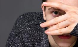 Человек в сером портрете студии свитера стоковые фотографии rf