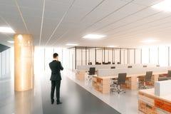 Человек в современном офисе открытого пространства с мебелью Стоковые Фото