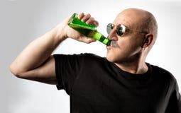 Человек в солнечных очках наслаждаясь холодным пивом Стоковые Фото