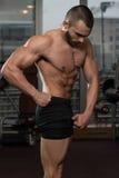 Человек в спортзале показывая его вышколенное тело Стоковое фото RF