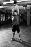 Человек в спортзале работая с весом колокола чайника Стоковые Изображения RF