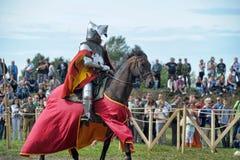 Человек в средневековые исторические одежды верхом Стоковые Изображения