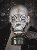 Человек в старом крупном плане маски противогаза стоковые фотографии rf