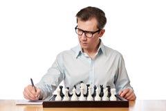Человек в стеклах играя шахмат Стоковое Изображение RF