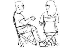 Человек в стеклах и сидеть женщины отдыхая на складных стульях Стоковое Изображение RF