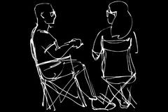 Человек в стеклах и сидеть женщины отдыхая на складных стульях Стоковые Фотографии RF