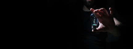 Человек в темноте с шариком зарева Стоковое фото RF