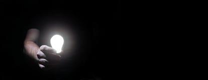 Человек в темноте с шариком зарева Стоковые Изображения RF