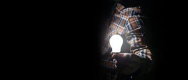 Человек в темноте с шариком зарева Стоковая Фотография