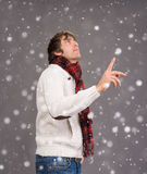 Человек в теплом свитере указывая его большой палец руки вверх Стоковое фото RF
