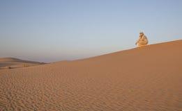 Человек в традиционном обмундировании в пустыне около Дубай Стоковая Фотография RF