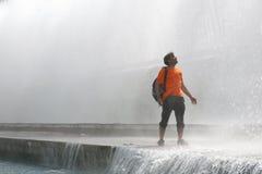 Человек в фонтане Стоковая Фотография RF