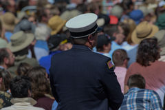 Человек в форме стоит в толпе на двадцатом ежегодном саммите 1 Лаке Таюое Стоковые Фото