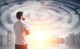 Человек в футболке и лабиринте в небе Стоковая Фотография