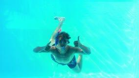 Человек в шноркеле скача в бассейн развевая на камере видеоматериал
