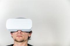 Человек в шлемофоне виртуальной реальности Стоковые Изображения