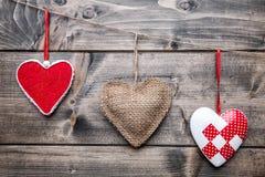 человек влюбленности поцелуя принципиальной схемы к женщине Сердца вися на строке Стоковое фото RF