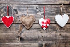 человек влюбленности поцелуя принципиальной схемы к женщине Сердца вися на строке Стоковые Изображения RF