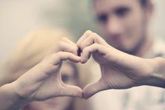 человек влюбленности поцелуя принципиальной схемы к женщине Стоковые Изображения