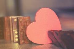 человек влюбленности поцелуя принципиальной схемы к женщине Стоковые Фотографии RF
