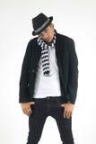 Человек в checkered шарфе и верхней шляпе вытаращить на вопросе Стоковая Фотография
