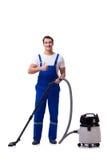 Человек в coveralls делая чистку вакуума на белизне стоковое фото rf