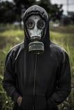 Человек в hoodie и маске противогаза Стоковые Фотографии RF
