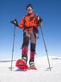 Человек в snowshoes в горах Стоковые Фото