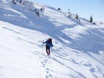 Человек в snowshoes в горах Стоковое Фото