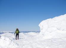 Человек в snowshoes в горах Стоковое Изображение RF