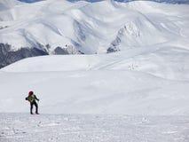 Человек в snowshoes в горах Стоковые Изображения RF