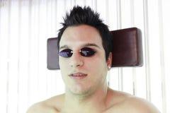Человек в sunbath получая высокую степень  Стоковые Фотографии RF
