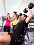 Человек гантели на поднятии тяжестей фитнеса разминки спортзала Стоковые Изображения