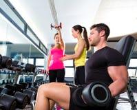 Человек гантели на поднятии тяжестей фитнеса разминки спортзала Стоковая Фотография