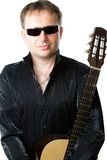 Человек гитариста и акустическая гитара 6-строки музыкальной аппаратуры Стоковая Фотография
