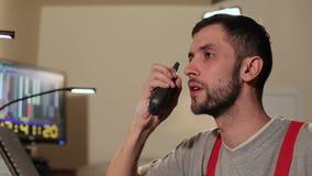 Человек говорит на радио в диспетчерском пункте акции видеоматериалы