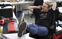 Человек говоря на телефоне во время периода отдыха на офисе Стоковое Изображение