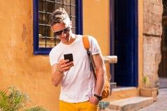 Человек говоря на телефоне на каникулах Стоковая Фотография RF