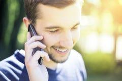 Человек говоря на телефоне Стоковые Фотографии RF