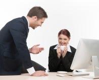 Человек говоря рассказы смеясь над и усмехаясь. Стоковое фото RF