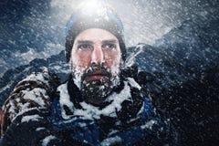 Человек горы исследователя приключения стоковая фотография