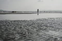Человек готовя море стоковое фото