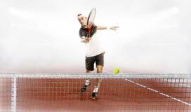 Человек готов ударить теннисный мяч стоковое изображение rf