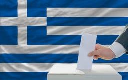Человек голосуя на избраниях в Греции Стоковые Фотографии RF