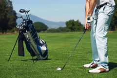 Человек гольфа выстрела при подходе Стоковые Фото