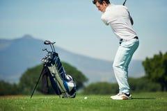 Человек гольфа выстрела при подходе Стоковые Изображения