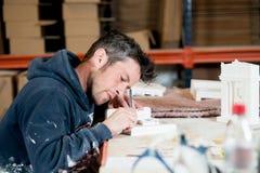 Человек гравируя здание гипсолита модельное Стоковые Изображения RF