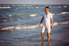 Человек гуляя на пляж Стоковое Фото