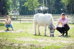 Человек, девушка и лошадь Стоковые Изображения RF