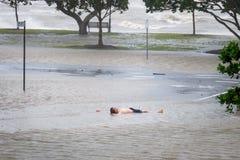 Человек лежа в паводковых водах Стоковая Фотография RF